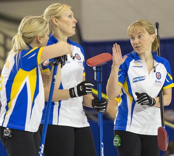 Équipe Alberta vice-capitaine Amy Nixon, à droite, discute de la stratégie avec ses coéquipiers Jocelyn Peterman, à gauche, et Laine Peters. (Photo, Curling Canada / Andrew Klaver)