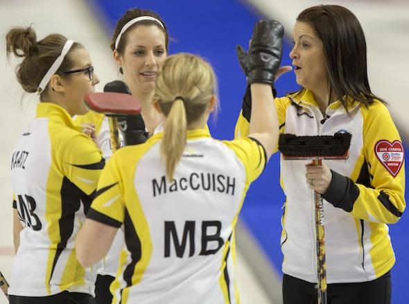 Équipe Manitoba capitaine Kerri Einarson, à droite, célèbre sa victoire avec ses coéquipiers, de gauche, Selena Kaatz, Liz Fyfe et Kristin MacCuish. (Photo, Curling Canada / Michael Burns)