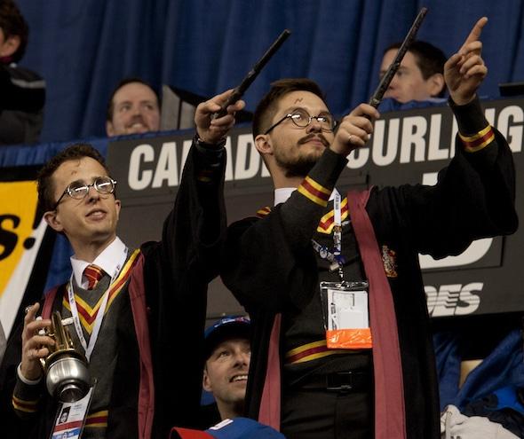Peut-être que ce sont les Sociables qui a jeté un sort sur l'équipe de l'Alberta pour faire l'équipe de Kevin Koe imbattable dans le séries éliminatoires Page 3-4. (Photo, Curling Canada / Michael Burns)
