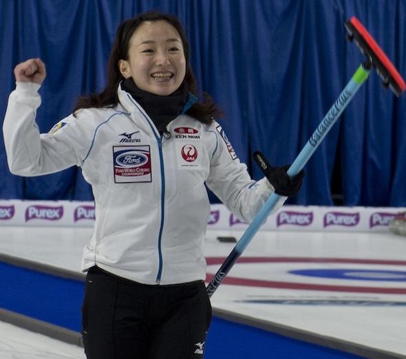 Capitaine japonais Satsuki Fujisawa célèbre sa victoire sur la Russie samedi soir. (Photo, Curling Canada / Michael Burns)