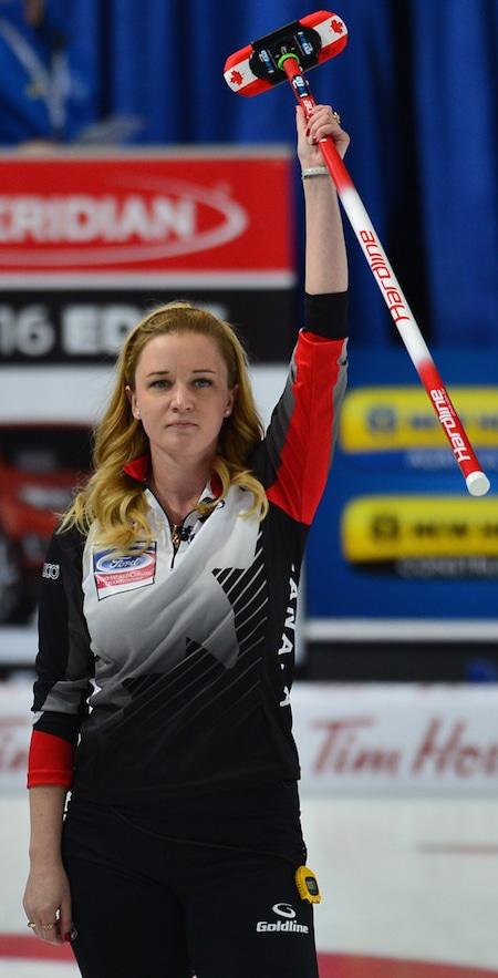 Capitaine canadien Chelsea Carey célèbre la victoire de son équipe samedi. (Photo, Curling Canada / Michael Burns)