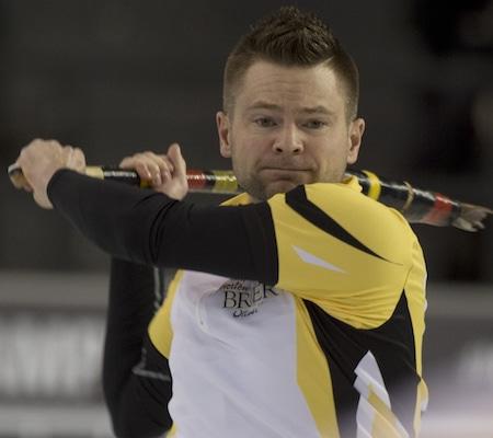 Manitoba capitaine Mike McEwen regarde sa frappe passe mal lors de la perte de lundi soir à l'Alberta. (Photo, Curling Canada / Michael Burns)