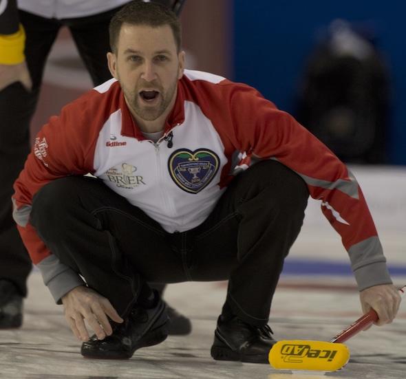 Terre-Neuve / Labrador capitaine Brad Gushue vérifie son tir lors de la victoire de mardi au Nouveau-Brunswick. (Photo, Curling Canada / Michael Burns)