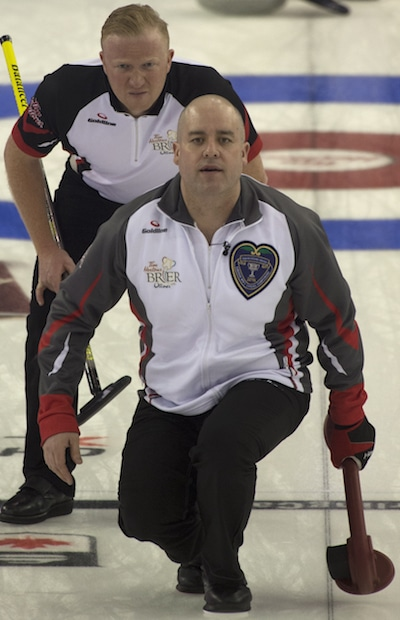 amie Koe des Territoires montres son tir que l'Ontario avance Scott Howard regarde. (Photo, Curling Canada / Michael Burns)