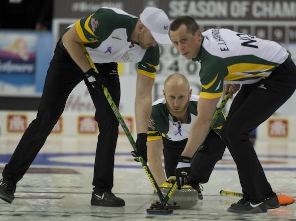 Nord de l'Ontario capitaine Brad Jacobs livre son rocher pour balayeuses Ryan Harnden, à gauche, et E.J. Harnden lors de la victoire de mardi sur l'Alberta. (Photo, Curling Canada / Michael Burns)