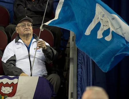 Fred Koe acclamations sur les Territoires du Nord-Ouest au cours de la victoire de vendredi. (Photo, Curling Canada / Michael Burns)