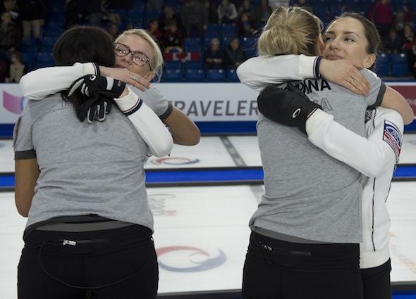 Il était câlins tout autour de la Russie célèbre gagner le match pour la médaille de bronze contre le Canada aux championnats du monde de Ford. (Photo, Curling Canada / Michael Burns)