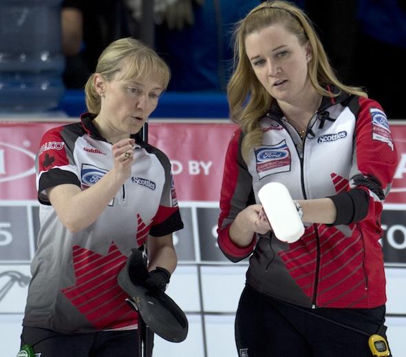 Amy Nixon du Canada, à gauche, et Chelsea Carey discutent stratégie dans la victoire de mardi sur l'Italie. (Photo, Curling Canada / Michael Burns)