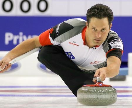 Saut danois Rasmus Stjerne célèbre la victoire de son équipe jeudi soir. (Photo, Fédération mondiale de curling / Richard Gray)