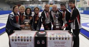 Left to right: Team Nova Scotia (skip Colleen Jones, Kim Kelly, Mary Sue Radford and Nancy Delahunt) and Team Ontario (Ken Sullivan, Doug Johnston, Ian MacAulay and skip Bryan Cochrane) are the 2016 Everest Senior Curling Champions (Curling Canada/Mike Lewis photo)