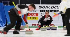 Marliese Kasner indique la trajectoire alors que son coéquipier Dustin Kalthoff balaie, au Mondial 2016 de curling en doubles mixtes, à Karlstad, Suède (WCF/Hamish Irvine photo)