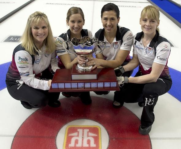 2016 Coupe Canada Home Hardware champions, de gauche à droite, Jennifer Jones, Kaitlyn Lawes, Jill Officer et Dawn McEwen. (Photo, Curling Canada / Michael Burns)