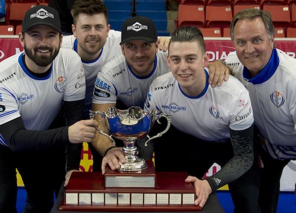 Coupe Canada Home Hardware champions masculins, de gauche à droite, Reid Carruthers, Braeden Moskowy, Derek Samagalsky, Colin Hodgson, l'entraîneur Dan Carey. (Photo, Curling Canada / Michael Burns)