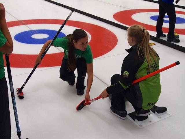 Rachel Pidherny aide Équipe Green avec la position de glissade. (Photo par Lisa Shamchuk)