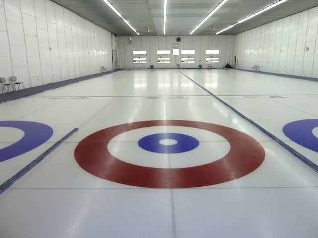 La surface de glace au club de curling Wadena avant la mise en place des partenariats d'entreprise (Photo Scott Comfort)