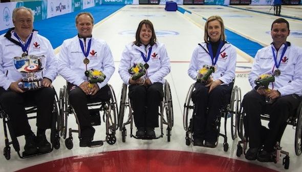 L'équipe canadienne de, de gauche à droite, Jim Armstrong, Dennis Thiessen, Ina Forrest, Sonja Gaudet et Mark Ideson va chasser l'or à Sotchi. (Photo, Fédération mondiale de curling)