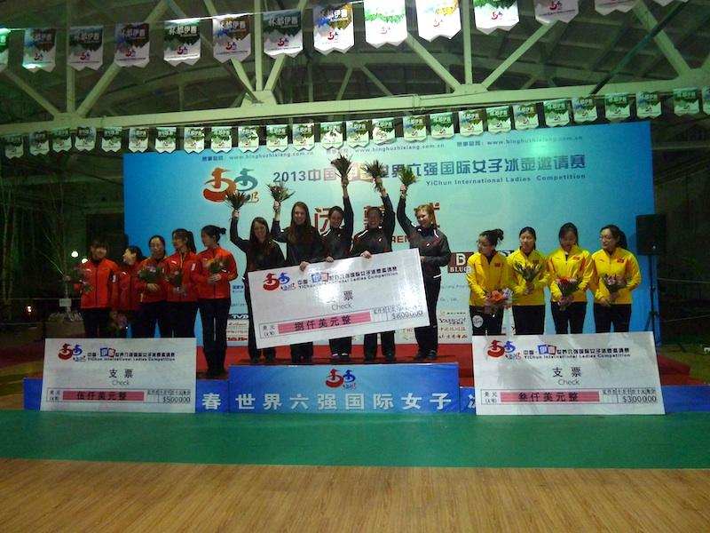 Équipe Horgan à la plus haute marche du podium à la compétition Yichun Internationale 2013 de curling féminin au mois de janvier (Photo A. Ronnebeck)