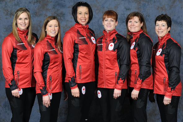 Équipe Canada, de gauche, Jennifer Jones, Kaitlyn Lawes, Jill Officer, Dawn McEwen, Kirsten Wall et entraîneur Janet Arnott. (Photo, Denis Drever Photography)