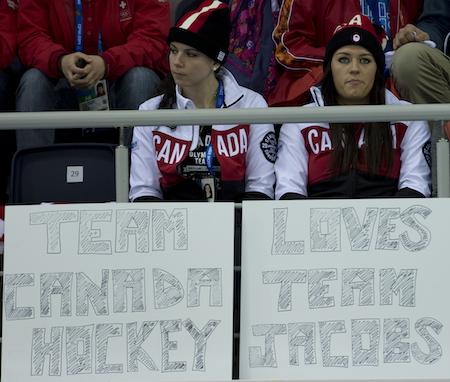 Shannon Szabados, à gauche, et Natalie Spooner de l'équipe de hockey canadienne acclamation des femmes sur l'équipe Brad Jacobs jeudi. (Photo, ACC / Michael Burns)