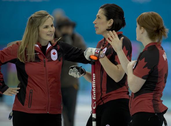 De gauche à droite, Jennifer Jones d'Équipe Canada, Jill Officer et Dawn McEwen partagent un moment lors de la victoire de lundi sur la Corée du Sud. (Photo, ACC / Michael Burns)