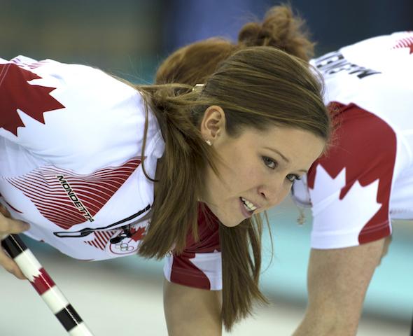 Équipe Canada Kaitlyn Lawes troisième, avant, et Dawn McEwen balayer un rocher lors de la victoire de jeudi sur la Suisse. (Photo, ACC / Michael Burns)