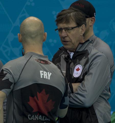 L'entraîneur national masculin Rick Lang, à droite, parle avec Ryan Fry.
