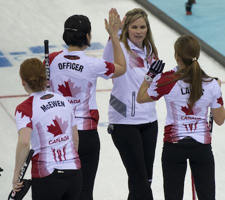 Équipe Canada célèbre sa cinquième victoire consécutive jeudi. (Photo, ACC / Michael Burns)