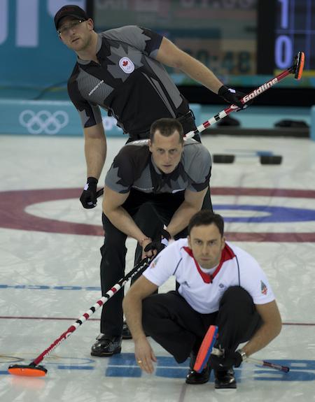 Grande-Bretagne capitaine David Murdoch vérifie son tir avec Ryan Harnden, de haut, et EJ du Canada Harnden regarde.