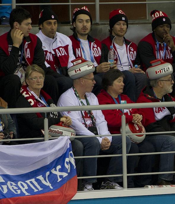 Les membres de l'équipe de hockey masculine canadienne, rangée arrière, se joignent à l'équipe partisans Jacobs samedi à Ice Cube. (Photos, ACC / Michael Burns)