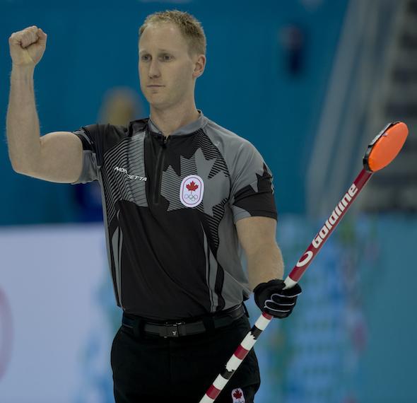 Équipe Canada capitaine Brad Jacobs célèbre la victoire de son équipe en demi-finale mercredi. (Photos, CCA / Michael Burns)