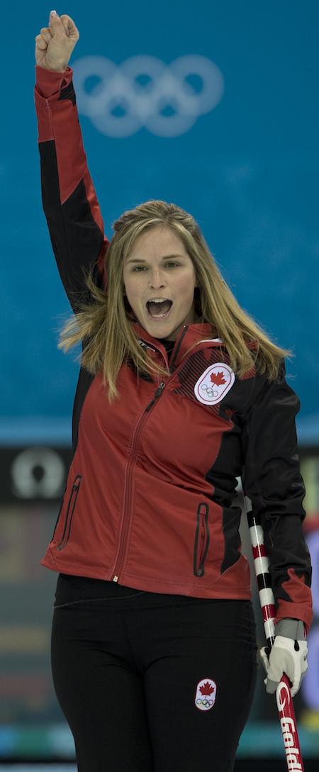 Équipe Canada capitaine Jennifer Jones célèbre la victoire de samedi soir. (Photo, CCA / Michael Burns)