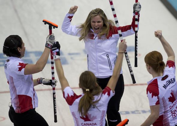 De gauche à droite, Jill Officer, Kaitlyn Lawes, Jennifer Jones et Dawn McEwen célèbrent leur victoire mercredi. (Photos, ACC / Michael Burns)