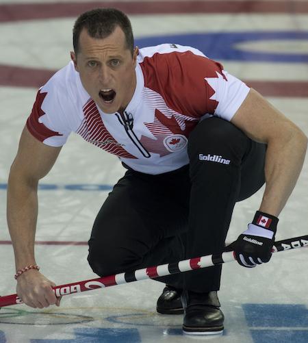 E.J. Harnden d'Équipe Canada appelle des instructions pour balayeuses dimanche.