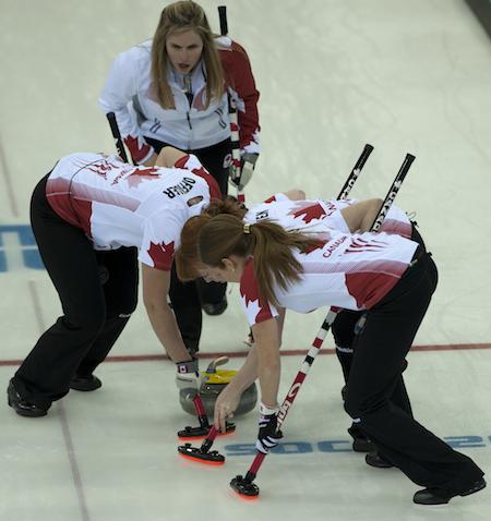 Toute l'équipe s'implique sur un tir lors du match pour la médaille d'or de jeudi.