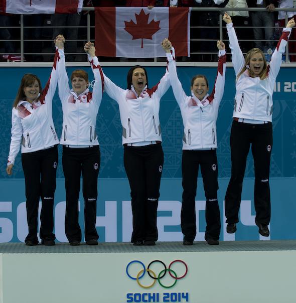Équipe Canada, de gauche à droite, Kirsten Wall, Dawn McEwen, Jill Officer, Kaitlyn Lawes et Jennifer Jones célèbrent leur médaille d'or. (Photos, ACC / Michael Burns)