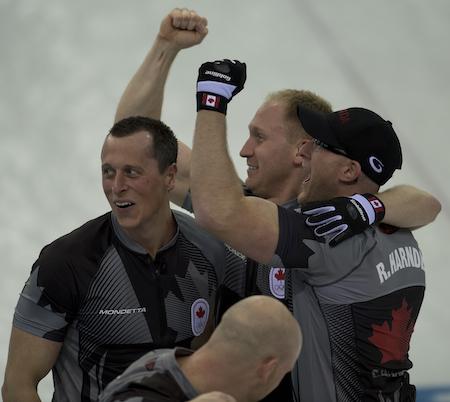 L'équipe célèbre sa victoire sur la Grande-Bretagne.