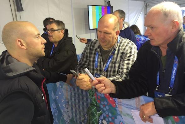 Ryan Fry, à gauche, répond aux questions des médias après l'entraînement de mardi à l'Ice Cube. (Photo, ACC / Michael Burns)