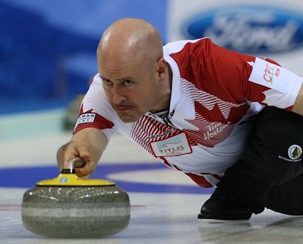 Kevin Koe a été la cible d'Équipe Canada le samedi au Championnat mondial de curling hommes. (Photo, Fédération mondiale de curling / Richard Gray)