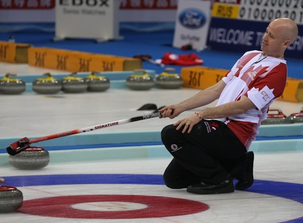 Équipe canadienne de Kevin Koe a perdu au Japon au Championnat mondial de curling masculin, dimanche. (Photo, Fédération mondiale de curling / Richard Gray)