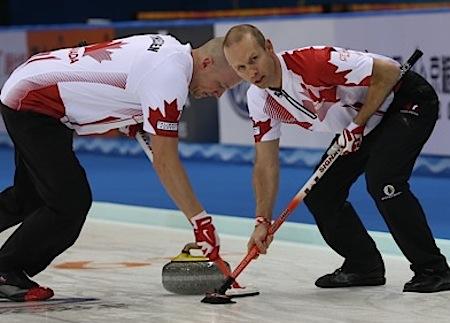 Nolan Thiessen d'Équipe Canada, à gauche, et Pat Simmons balayer la pierre Carter Rycroft le dimanche. (Photo, Fédération mondiale de curling / Richard Gray)