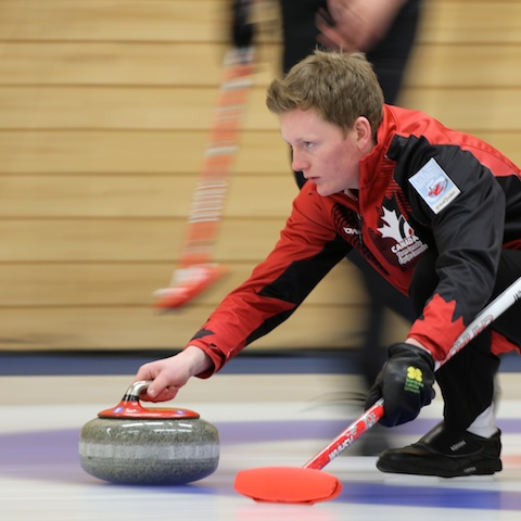 Braden Calvert est ici en pleine action au Championnat mondial de curling junior 2014 à Flims en Suisse (Photo WCF/Richard Gray)