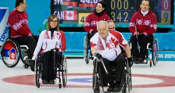 Sochi, Russie - 13 mars 2014 - Sonja Gaudet, et Jim Armstrong que le Canada prend la Slovaquie en ronde préliminaire aux Jeux paralympiques d'hiver de 2014 à Sotchi, en Russie. (Photo: Matthew Murnaghan / Comité paralympique canadien)