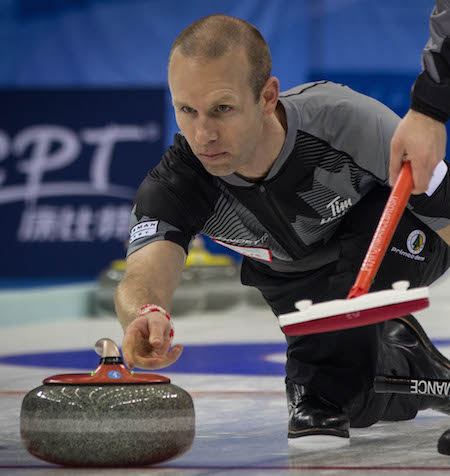 Équipe Canada vice-aller Pat Simmons lance son rocher lundi. (Photo, Fédération mondiale de curling / Richard Gray)