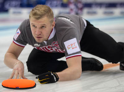 Russie vice-capitaine Alexey Stukalskiy montres son tir. (Photo, Fédération mondiale de curling / Richard Gray)