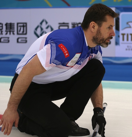 République tchèque capitaine Jirí Snitil montres son tir lundi. (Photo, Fédération mondiale de curling / Richard Gray)