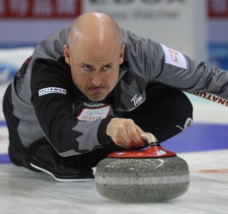 Équipe Canada capitaine Kevin Koe a connu une deux-gagnant lundi à Beijing. (Photo, Fédération mondiale de curling / Richard Gray)