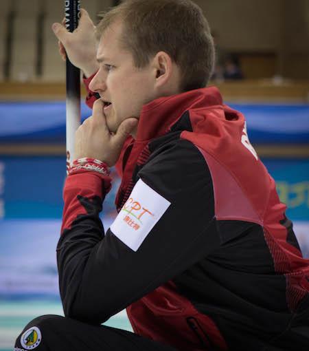 Équipe Canada deuxiéme Carter Rycroft vérifie son tir. (Photo, Fédération mondiale de curling / Céline Stucki)