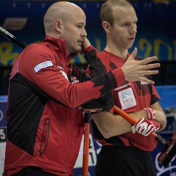 Équipe Canada capitaine Kevin Koe, à gauche, et vice-capitaine Pat Simmons discuter de la stratégie lors de la victoire de mardi sur les Etats-Unis. (Photo, Fédération mondiale de curling / Céline Stucki)
