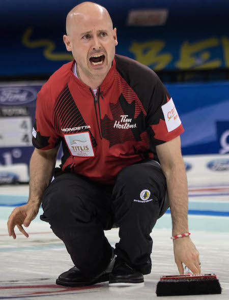 Capitaine canadien Kevin Koe crie des instructions pour balayeuses. (Photo, Fédération mondiale de curling / Céline Stucki)