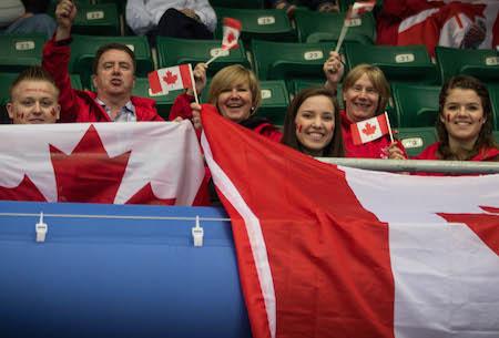 Les fans de Donnelly, Alta., Encourager Équipe Canada le mercredi à Beijing. (Photo, Fédération mondiale de curling / Céline Stucki)